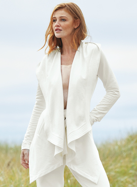 Die vielseitige Jacke aus weichem schwarzem French-Terry-Gewebe hat einen Kapuzenkragen und einen passenden Gürtel. Trapunto-Nähte, Kaskaden-Blende, schicker schräger Saum und Seitentaschen. Pimabaumwolle (95 %) mit Lycra® (5 %).