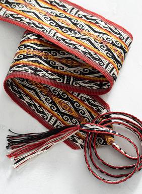 Ein faszinierender kulturübergreifender Akzent: Den handgewebten Pimabaumwollgürtel zieren Andenmotive in Schwarz, Weiß, Gelb und Rot; Bindebänder mit Quastenfransen.