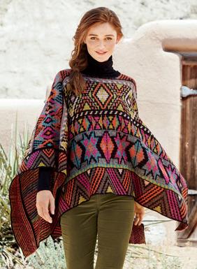 Dieser herrliche Poncho kann von einem farbenfrohen Muster aus marokkanischen und geometrischen peruanischen Ornamenten zu leuchtenden Mikrostreifen gewendet werden. Aus 55 % Pimabaumwolle, 20 % Alpaka, 14 % Babyalpaka, 9 % Nylon und 2 % Wolle jacquardgestrickt.