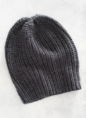 Chunky tuckstitch knit hat in cozy alpaca (50%), acrylic (45%) and wool (5%).