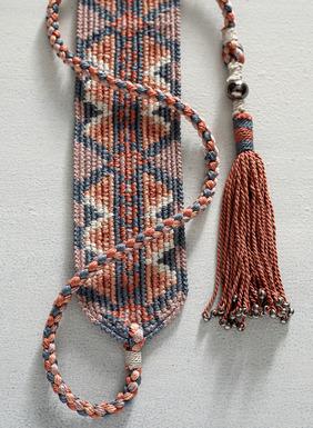 Ein schicker Akzent: Unser kunstvoll handgehäkelter Gürtel mit peruanischen Mustern. In gedeckten, mittleren Farbtönen, mit perlenbesetzten Quasten-Bindebändern.