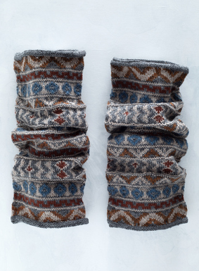 The folk inspired legwarmers are handknit of cozy alpaca (56%), baby alpaca (40%) and wool (4%) in earthy shades of blue and brown.