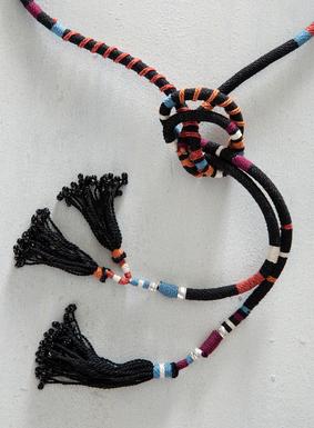 Ein vielseitig kombinierbares, lange haltbares kunsthandwerkliches Accessoire:  Unser Kordelgürtel aus Pimabaumwolle wird von Hand gedreht; mit variierenden Streifen in Schwarz, Orange, Rot, Weiß und Himmelblau. Vollendet mit perlenbesetzten Quasten. Einfach wunderschön zu Kleidern, Röcken oder Hosen.