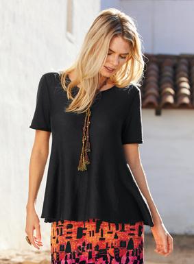 Unser minimalistisches Shirt aus feiner Pimabaumwolle (50 %) und Modal (50 %) hat einen hübschen Schoßsaum und Rollkanten.