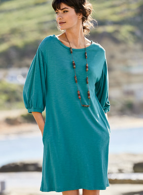 This easy t-shirt dress sails stylishly through the changing seasons. Sewn of slubby jersey flamé, with a ballet neck, drop shoulders, blouson ¾-sleeves and pockets. Pima (51%) / modal (49%).
