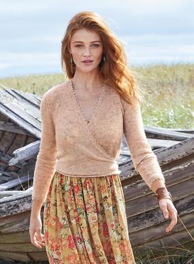 Der hübsche kurze Wickel-Cardigan kann vorn oder hinten gebunden werden. Aus einem luftig-leichten Mix aus 60 % Babyalpaka, 35 % Nylon und 5 % Wolle; mit zierlicher Picot-Kante.