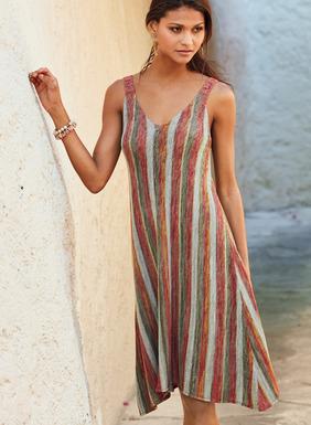 Das Trägerkleid ist aus federleichter Pimabaumwolle mit Streifen in meliertem Adobe, Kalkstein und Ocker linksgestrickt. Mit einfarbigen Trägern, tiefem V-Ausschnitt und bequemem A-Linien-Saum.
