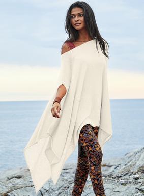 Eine hauchdünne Lage, die zu Leggings, Kleidern oder am Strand getragen werden kann. Der Pullover im Poncho-Stil ist aus federleichtem Babyalpaka (60 %), Nylon (35 %) und Merinowolle (5 %) gestrickt. Bâteau-Ausschnitt; Armausschnitte; fließend fallender Stecktuch-Saum.