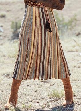 Unser Pimabaumwoll-Rock hat Streifen in melierten Wüstenfarbtönen von Sand über Terrakotta bis zu Rosine und Cambrai und schwingt in Krausstrickbahnen zu einem weiten, wadenlangen Saum aus.