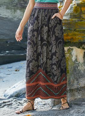 Damast-Blumen und Muster eines polynesischen Rindendruckstoffs zieren den langen Pima-Jacquardstrick-Rock in Schwarz, Taupe, Terrakotta und Grünblau. In A-Linie, mit geraffter Taille, Taschen und knöchellangem Saum.