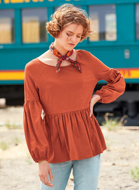 Our easy top is pure poetry, sewn of slubby cotton jersey flamé, with raglan shoulder seaming, dramatic lantern sleeves and a flirty flounced hem.