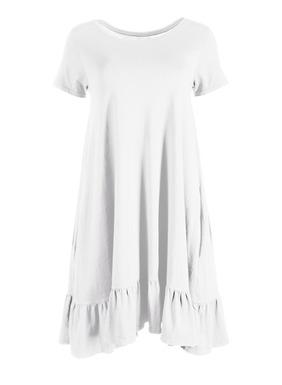 Begrüßen Sie die warme Jahreszeit in unserem lässigen T-Shirt-Kleid aus Pimajersey, das mit weicher Worn-Textur vorgewaschen wurde. Die bequeme Silhouette hat einen schwungvollen gekräuselten Volantsaum; Rundhalsausschnitt; Taschen.