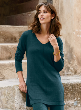 Dress-up, dress-down chic–polished, packable and perfect for impromptu excursions. Striking a balance between comfort and elegance, the v-neck tunic is full-fashion, fine gauge jersey knit of softest pima, with center seam detail and deep side slits.