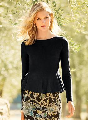 Ein Schoßsaum setzt einen femininen Akzent auf diesem kombinierfreundlichen Rundhals-Shirt. Aus federleichter, halbdurchsichtiger Pimabaumwolle (51 %) und Modal (49 %); Rollkante.