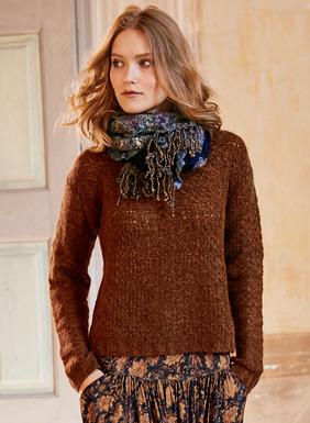 Der Pullover ist in einem spitzenartigen Fangmuster aus Tweedgarn (49 % Babyalpaka, 28 % Nylon, 19 % Pimabaumwolle, 4 % Wolle) gestrickt. Mit Rundhalsausschnitt, überschnittenen Schultern und gerippten Kanten.