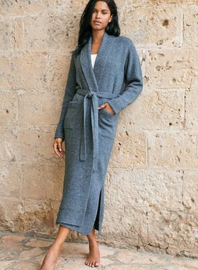 Fabelhaft als Geschenk (oder für die eigene Wunschliste): Unser beliebter Morgenmantel ist aus einem fülligen Donegal-Tweed aus Wolle (60 %) und edelstem Alpaka Royal (40 %) gestrickt. Mit einem kuscheligen Schalkragen, Taschen, Seitenschlitzen und passendem Gürtel vollendet.