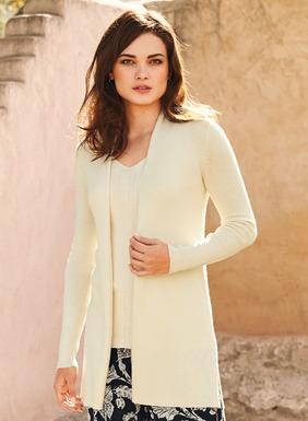 Der schicke, ultraweiche Cardigan ist aus 85% Baumwolle und 15% Seide fully-fashioned rippengestrickt. Knopflose Blende und Seitenschlitze.