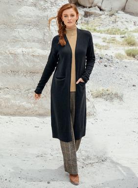 Ein Muss für jede Minimalisten-Garderobe: unser schwarzer Cardigan, fully-fashioned feingestrickt aus edler Pimabaumwolle (85 %) und Babyalpaka (15 %). Überschnittene Schultern, knopflose Blende, Taschen.