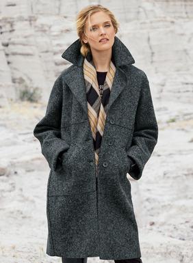 Lässiger Luxus: Der anthrazitfarbene Mantel ist aus mollig warmem gefilztem Stoff (55 % Wolle und 45 % Alpaka) geschneidert und mit breitem Reverskragen, ungesäumten Nähten, geschlitzten Bündchen und langem Gehschlitz vollendet; zum Teil gefüttert.