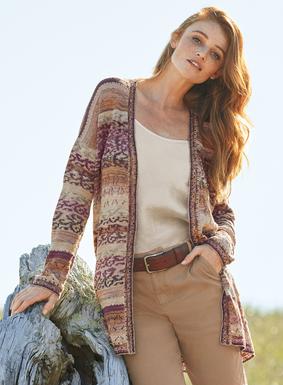 Den bequemen Pima-Cardigan zieren melierte Streifen und filigrane Schnörkel in rosigen Wüstenfarbtönen. Überschnittene Schultern, knopflose Blende; mit Pointelle-Stichen und handgehäkelter Kante wunderschön vollendet.