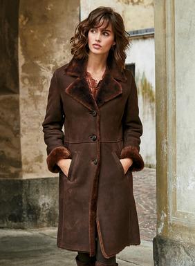Eine Verwöhn-Investition: aparter Mantel, geschneidert aus edlem, gewachsenem Lammfell. Die Außenseite in Espresso ist gewalkt, um einen geschmeidigen Griff und matten Worn-Look zu erhalten. Gepflegt und warm, aber überraschend leicht. Anliegende Silhouette, mit Reverskragen, formgebenden Nähten und schrägen Taschen.