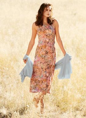 Romantisch: Sanfte Blumenmotive eines Textils aus dem 18. Jahrhundert auf gesprenkeltem Grund zieren unser Jersey-Kleid aus 95% Viskose und 5% Elasthan; mit gerundeter Taillennaht und A-Linien-Saum.