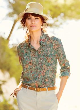 Unsere Bluse aus Rayon (62 %) und Modal (38 %) ist mit zierlichen Frühlingsblüten auf zart salbeigrünem Grund übersät, hat eine verdeckte Knopfleiste, Taschen und einen Hemdsaum.