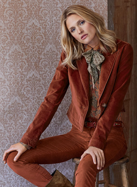 The cropped velveteen jacket is trimmed with leather piping at the notched lapel and collar. Tailored in cotton (90%), polyester (8%) and elastane (2%), with a single button closure, shapely seaming, vented sleeves; lined.