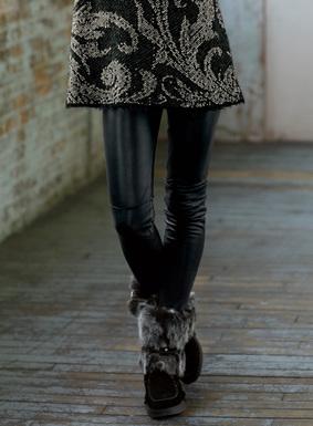 Die edlen Stretch-Leggings aus geschmeidigem schwarzem Lammleder haben eine Innenseite aus 98 % Polyester und 2 % Elasthan, die für eine bequeme Passform sorgt. Motocross-Steppung an den Knien; Hosenschlitz- und Taschen-Optik durch Steppnähte.