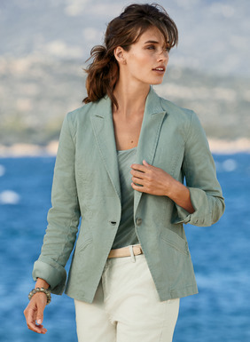 A casual update to the classic cutaway jacket, freshened for warmer months in linen (53%), cotton (45%) and elastane (2%). Enzyme-washed for a soft feel and weathered patina and tailored to perfection with a notched lapel, shapely seaming, buttoning cuffs and vented back peplum.
