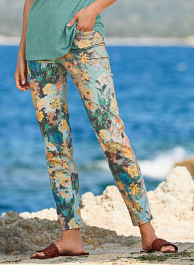 Set against a teal sky, impressionistic blooms splash across the smooth, stretchy sateen pants. In cotton (97%) and spandex (3%), with a slim fit and classic 5-pocket styling.