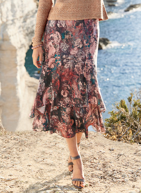 A bower of impressionistic blooms dapples the romantic viscose skirt in shades of blush, teal, taupe and aubergine. Beautifully constructed in floaty tiers that flutter gracefully to a midi hem.