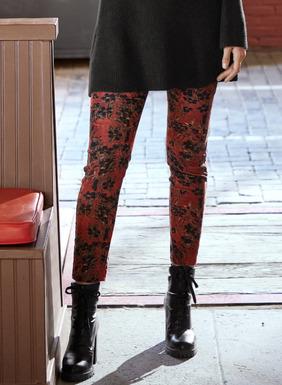 Schwarze Kirschblüten heben sich vom roten Grund der schmalen Velveteen-Jeans ab. Elastische Baumwolle (97 %) und Elasthan (3 %); fünf Taschen.
