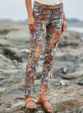 Die elastische Satinhose aus 97 % Baumwolle und 3 % Elasthan hat ein herrliches, von einer Lampung-Fliese angeregtes Muster. Mit schmaler Passform und fünf Taschen.