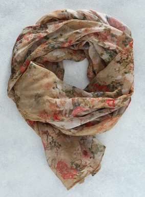 Für Hut, Hals oder Schultern: Vintage-Blumenmotive zieren unseren Original-Druckmuster-Schal aus federleichter Viskose.