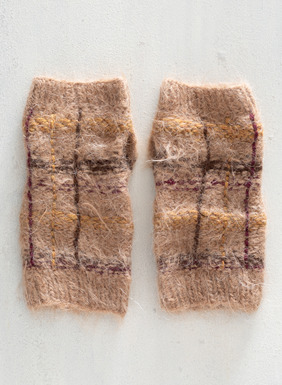 The plaid handknit fingerless gloves add an extra layer of warmth in alpaca (85%), wool (13%) and nylon (2%).