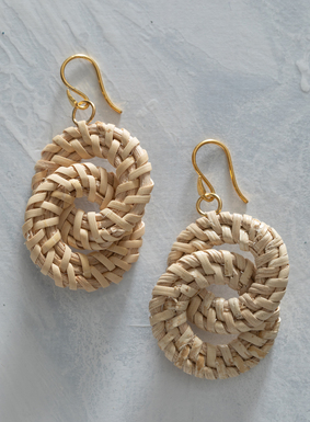 Setzen Sie einen sanften, natürlichen Akzent mit unseren Rattan-Ohrringen.  Die handgefertigten Ohrringe zieren ineinandergreifende Bastringe, die an vergoldetem Draht hängen.