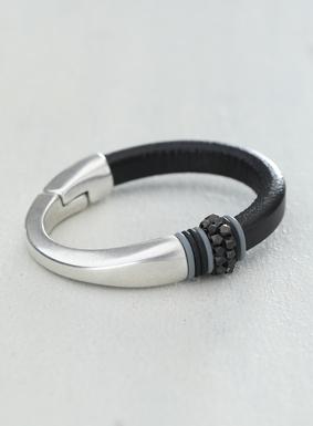 Schick und modern: Das Armband aus schwarzem Leder und versilbertem Metall zieren oxydierte Metallperlen an grauen und schwarzen Ringen.  Mit Magnetverschluss.