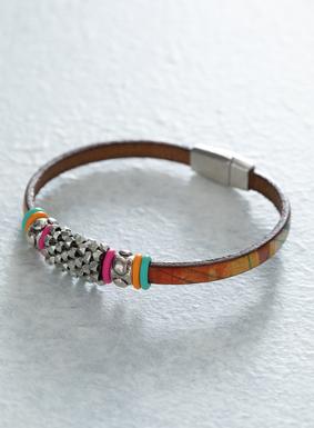 Eine schicke Art, Ihrem Outfit etwas Boho-Chic zu verleihen: Unser Painted-Desert-Armband zieren Metallperlen und farbenfrohe Gummiringe. Das Lederband ist mit hellen Steifen in Orange, Grünblau und Smaragd bedruckt; mit einem Magnetverschluss aus Metall.