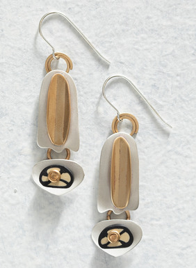 Den handgefertigten Anhänger und die Ohrringe zieren ausgefallene geometrische Formen aus versilbertem Metall und Messing; Kette aus antikisiertem vergoldetem Messing.