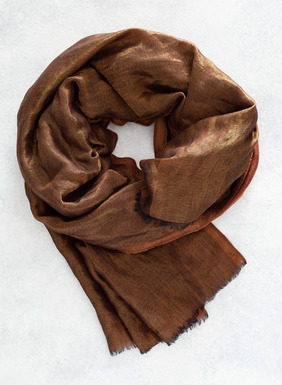 A rich, fluid accent to drape over the shoulders or wrap at the neck, our giftable scarf in shimmery wool (95%) and Lurex (5%).