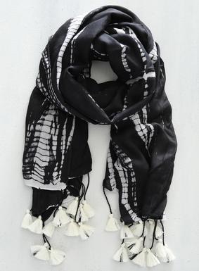 Der perfekte Akzent für windige Tage: Der hauchdünne, schwarz-weiße Batikschal aus Viskose ist mit Quasten vollendet. Von Hand gefärbt. Leichte Variationen im Farbverlauf unterstreichen die Einzigartigkeit jedes handgefertigten Schals.