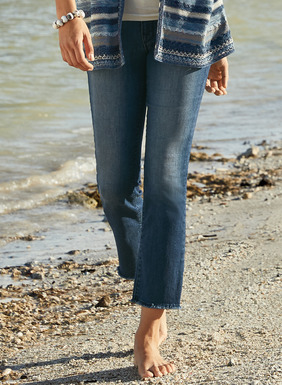 The chic cropped jeans, sewn in an easy stretch denim blend of cotton (79%), polyester (18%), rayon (2%) and spandex (1%). Classic 5-pocket styling, straight legs and a frayed, ankle-length hem.