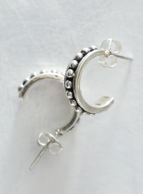Silberne Kugeln verleihen unseren Halbkreis-Ohrringen eine hübsche Struktur. Von talentierten peruanischen Kunsthandwerkern hergestellt. Die gekrümmten Ohrringe verleihen einen Hauch Metallic-Kultur, der nie aus der Mode kommt.