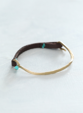 Down to earth yet sophisticated, the Amarinta Bracelet pairs chocolate brown leather with a brass half circle design to close. Our bracelet features turquoise yarn stitching, with accents of faceted amazonite.