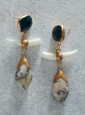 Perlmutt- und afrikanische Opalperlen hängen an facettengeschliffenen Apatit-Kristall-Stiften. Die 7,5 cm langen Paläolith-Ohrringe sind handgefertigt und mit Vergoldungen auf jedem Stein verziert; Sterlingsilberdraht.