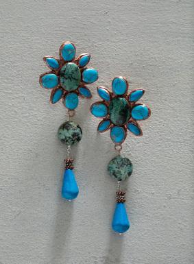 Genießen Sie die warme Jahreszeit mit unseren Accessoires! An den hübschen, handgefertigten Gänseblümchen-Ohrringen prangen Howlith und afrikanischer Türkis in Einfassungen aus antikisiertem Kupfer.