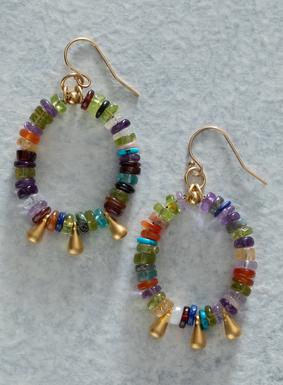 Setzen Sie in dieser Sommersaison farbenfrohe Akzente! An den handgearbeiteten Ohrringen prangen vielfarbige Heishi-Steinscheibchen, die von vergoldeten Tropfen durchsetzt sind.
