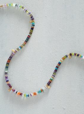 Strandschmuck – jetzt wirklich schick: An der handgefertigten Halskette prangen vielfarbige Heishi-Steinscheibchen, die von vergoldeten Tropfen durchsetzt sind.