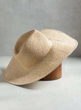 Der perfekte Sommersonnen-Hut! Gewebt aus naturfarbenem Stroh: Unser Siesta-Key-Sonnenhut hat eine 13 cm breite Krempe für extra Schatten und sieht in Kombination sowohl mit Kleidern und Röcken als auch mit lässigerer Mode einfach umwerfend aus.